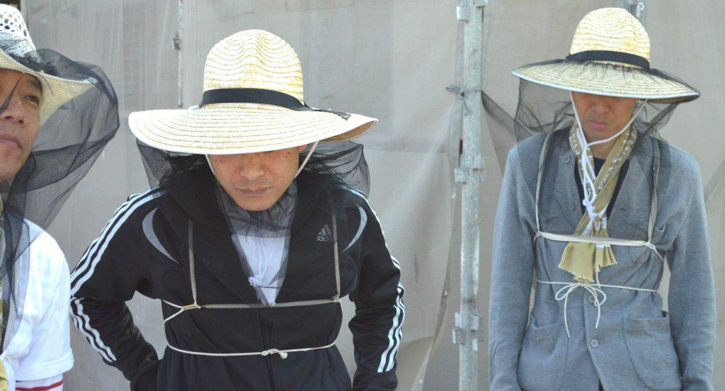 養蜂家スタイルの山本シェフと三坂支配人