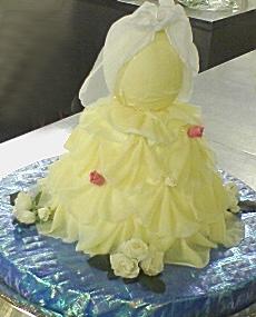 白い卵で実現したドレスのケーキ